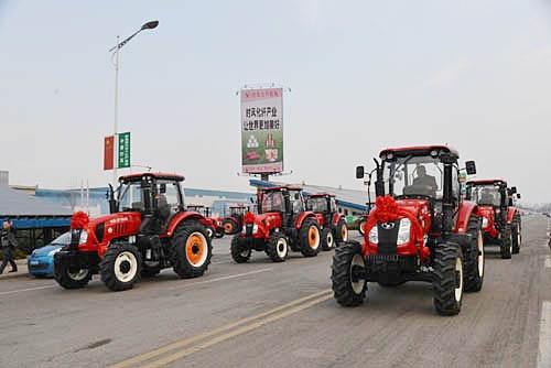 时风农业装备热销 1404拖拉机用户集中提车