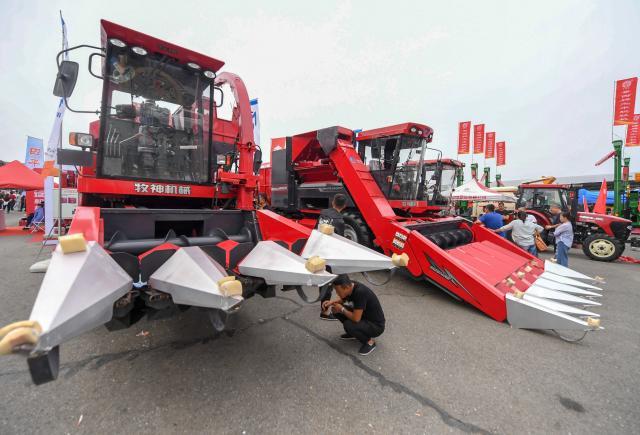 长春农博会:选购农机忙
